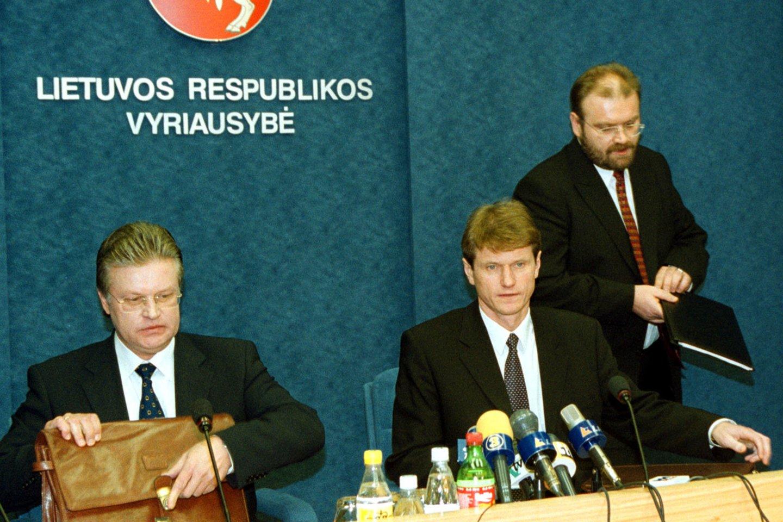 2000 m. darbą pradėjo Rolando Pakso vadovaujama Vyriausybė. Dirbo iki 2001 m. birželio 20 d., kai Naujajai sąjungai iš jos atšaukus savo deleguotus šešis ministrus buvo priverstas atsistatydinti R.Paksas.<br>P.Lileikio nuotr.