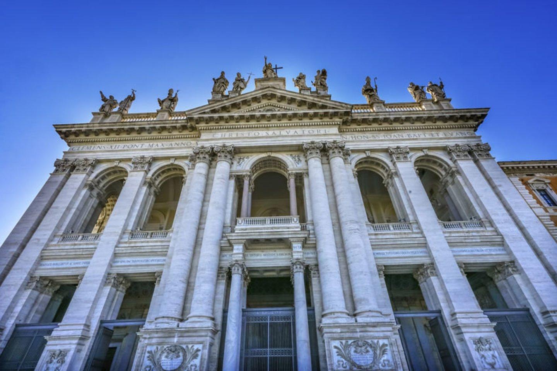 318 m. (kitais duomenimis – 324 m.) popiežius Silvestras I pašventino imperatoriaus Konstantino I Katalikų Bažnyčiai dovanotus Laterano rūmus Romoje – dabartinę Šv.Jono baziliką, iš pradžių vadintą Švenčiausiojo Išganytojo, vėliau dar ir Šv.Jono Krikštytojo bei Šv.Jono Evangelisto vardu. Tai seniausia ir viena iš penkių didžiųjų Romos bazilikų, vadinama visų miesto ir pasaulio bažnyčių motina ir galva. Katalikų Bažnyčioje lapkričio 9-ąją švenčiama Laterano bazilikos pašventinimo šventė.<br>123rf