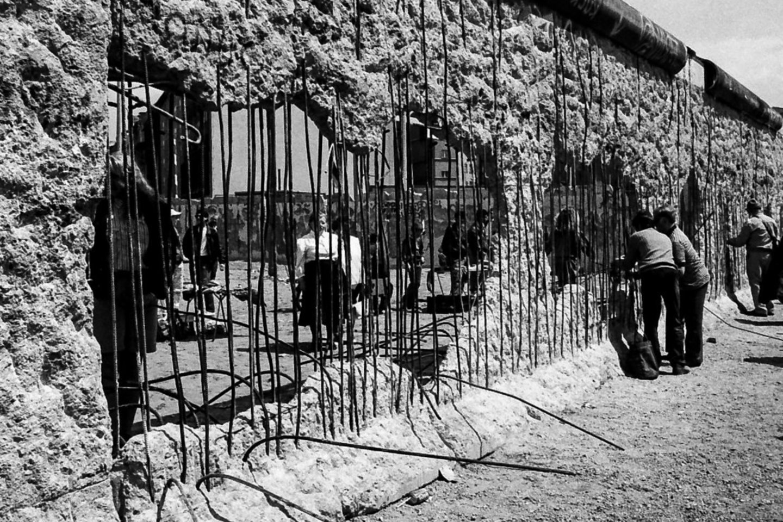 1989 m. naktį tuometės Vokietijos Demokratinės Respublikos valdžia atidarė Berlyno sieną.<br>V.Ščiavinsko nuotr.