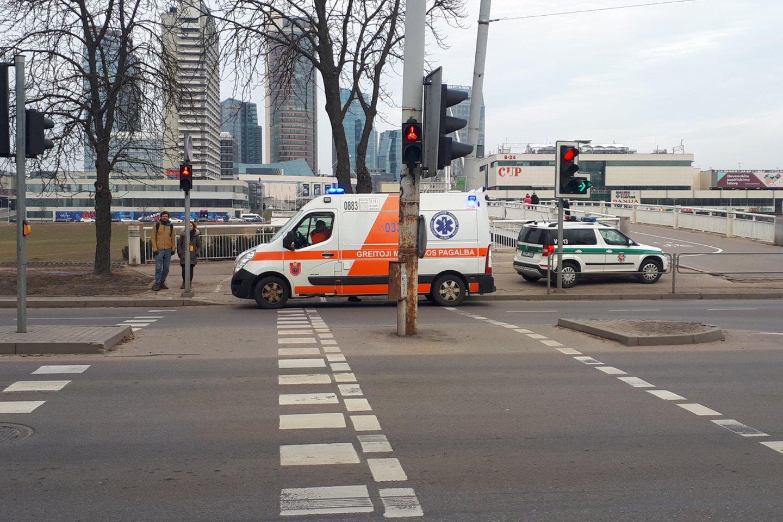 Policija ir greitosios pagalbos medikai prie Baltojo tilto Vilniaus centre.<br>A.Vaitkevičiaus asociatyvi nuotr.