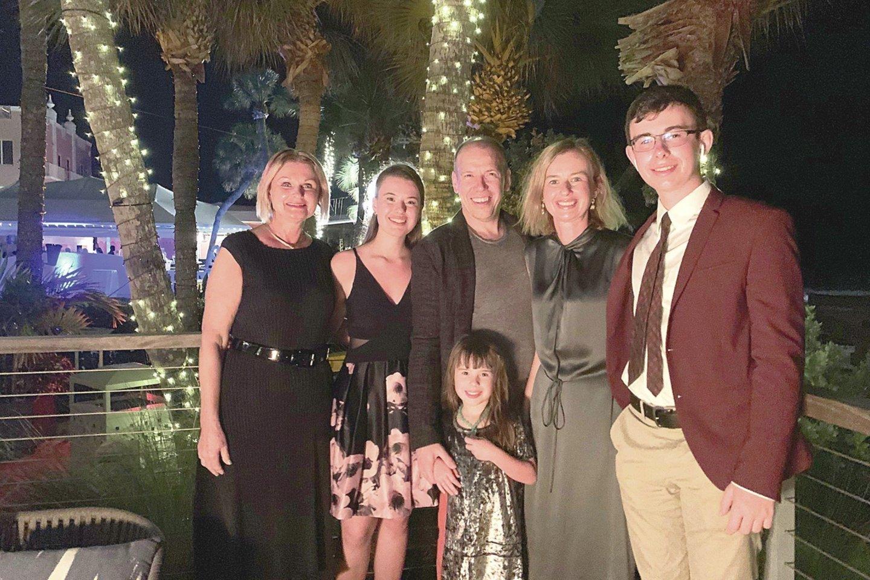 Ūlos mama Loreta (kairėje) džiaugėsi, kad jos duktė su vyru Andriumi augina tris vaikus: Miją, Sofiją (priekyje) ir Tomą.