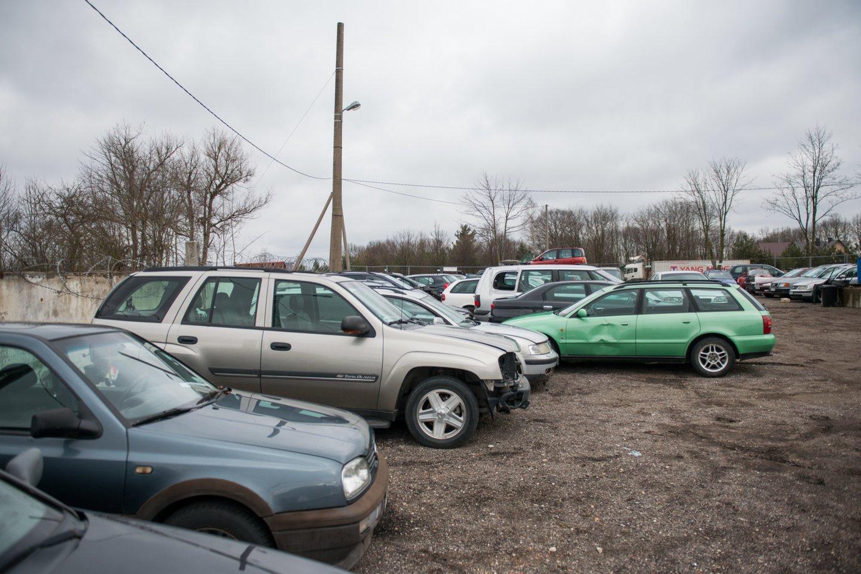 Atimta ir į sulaikytų automobilių aikštelę nugabenta transporto priemonė gali stipriai paploninti piniginę.<br>J.Stacevičiaus nuotr.