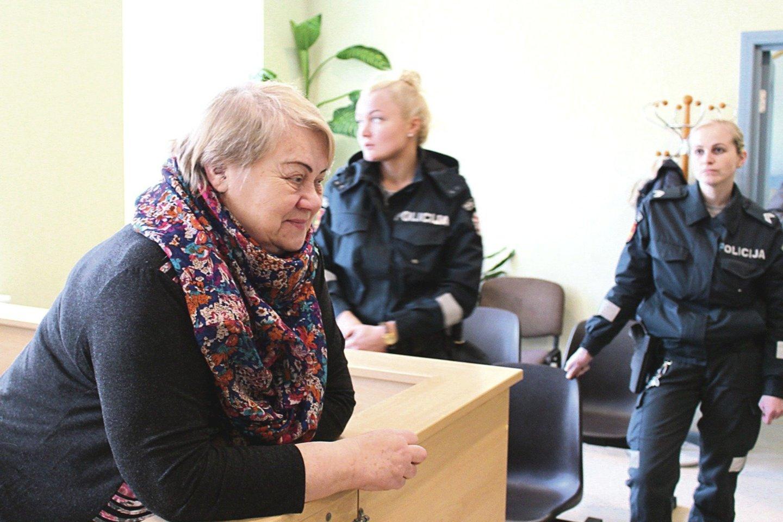 Suimtą R.Leonienę į bylos nagrinėjimą Kretingoje atlydėdavo policija.<br>E.Kazlaučiūnaitės nuotr.