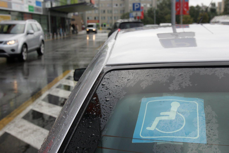 Teisėtai pastatęs automobilį neįgaliesiems skirtoje vietoje, turėdamas neįgalumą patvirtinančius dokumentus, pats nevairavęs neįgalusis buvo nubaustas.<br>V.Balkūno nuotr.