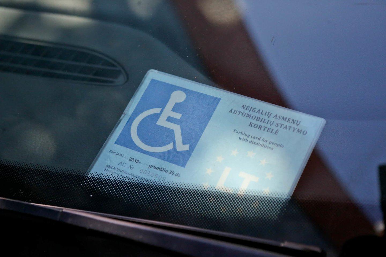 Teisėtai pastatęs automobilį neįgaliesiems skirtoje vietoje, turėdamas neįgalumą patvirtinančius dokumentus, pats nevairavęs neįgalusis buvo nubaustas.<br>G.Bitvinsko nuotr.