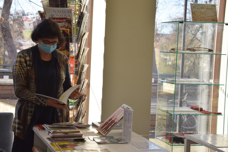D.Staškevičienė Anykščių bibliotekoje apsilanko kone kas savaitę.<br>A.Srėbalienės nuotr.