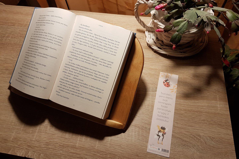 Knygoms padėklą Daivai pagamino jos vyras. <br>Asmeninio archyvo nuotr.