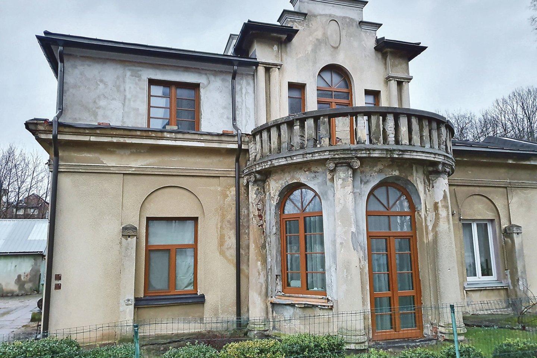 Pastato fasado tvarkybos darbais rūpinosi paveldotvarkos darbų specialistas kaunietis Arūnas Rutkauskas ir jo vadovaujama komanda.<br>G.Bitvinsko nuotr.