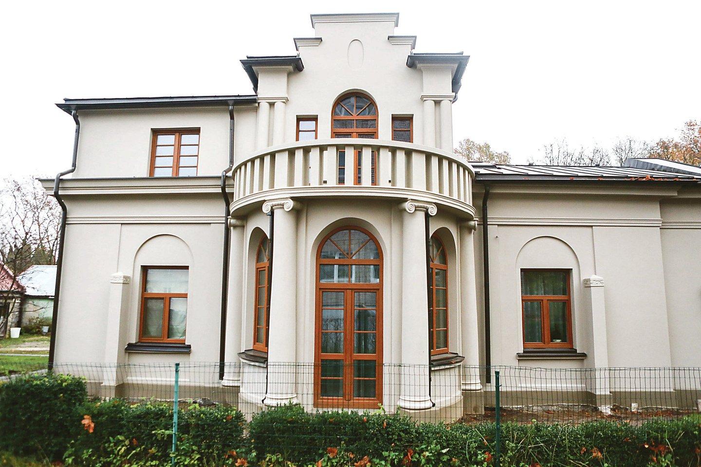 Pastato fasado tvarkybos darbais rūpinosi paveldotvarkos darbų specialistas kaunietis Arūnas Rutkauskas ir jo vadovaujama komanda.<br>Šeimininkų nuotr.
