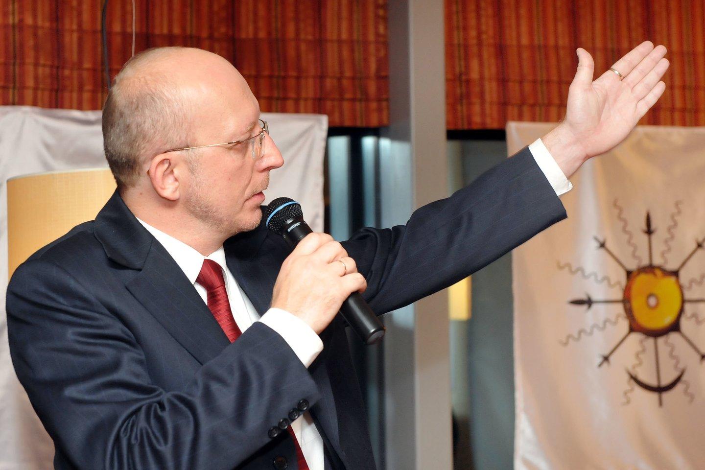 2008 m. į pirmą posėdį susirinko dešimtasis Seimas. Seimo pirmininku antruoju balsavimu (pirmą kartą Lietuvos parlamentarizmo istorijoje po Nepriklausomybės atkūrimo) buvo išrinktas Tautos prisikėlimo partijos atstovas Arūnas Valinskas. Šias pareigas ėjo iki atstatydinimo 2009 m. rugsėjo viduryje.<br>P.Lileikio nuotr.