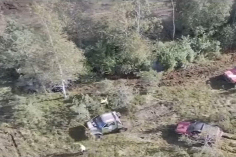 Vaizdo meždžiagoje buvo užfiksuota, kaip visureigiais barbariškai ištaršė unikalų gamtos kampelį.<br>Vie