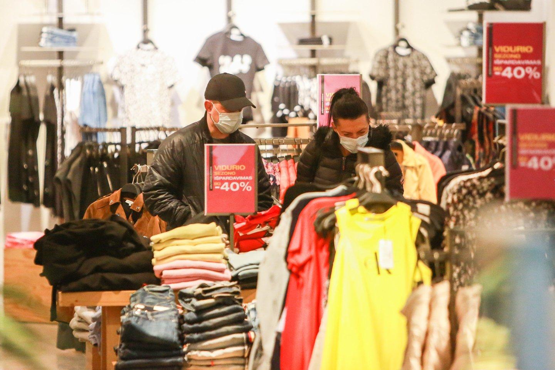 Vilnietė Kristina nustebo pamačiusi, kiek žmonių parduotuvėse ir kaip jie nesilaiko atstumų.<br>G.Bitvinsko asociatyvi nuotr.