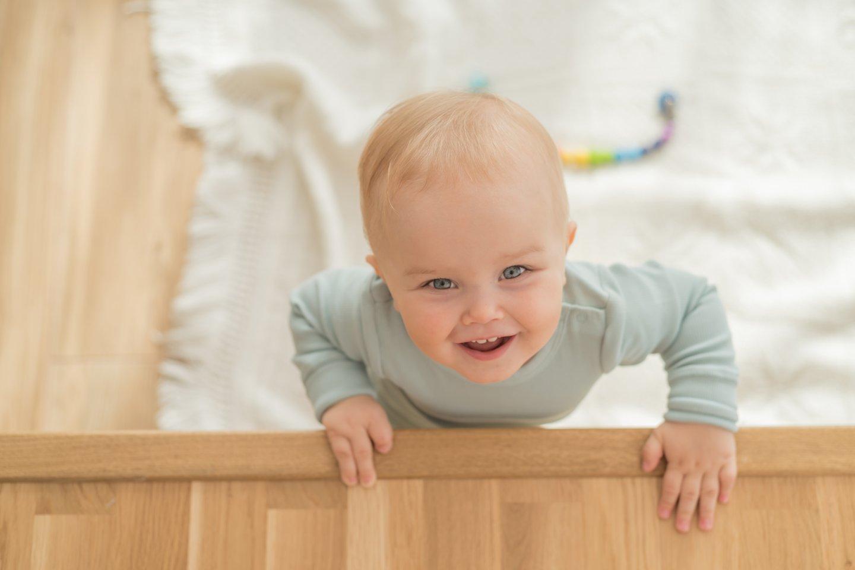 Nors pas berniuką ant dešinės rankos tik trys pirštukai, jis sugeba paikti žaislą ar šaukštą.<br>Asmeninio archyvo nuotr.