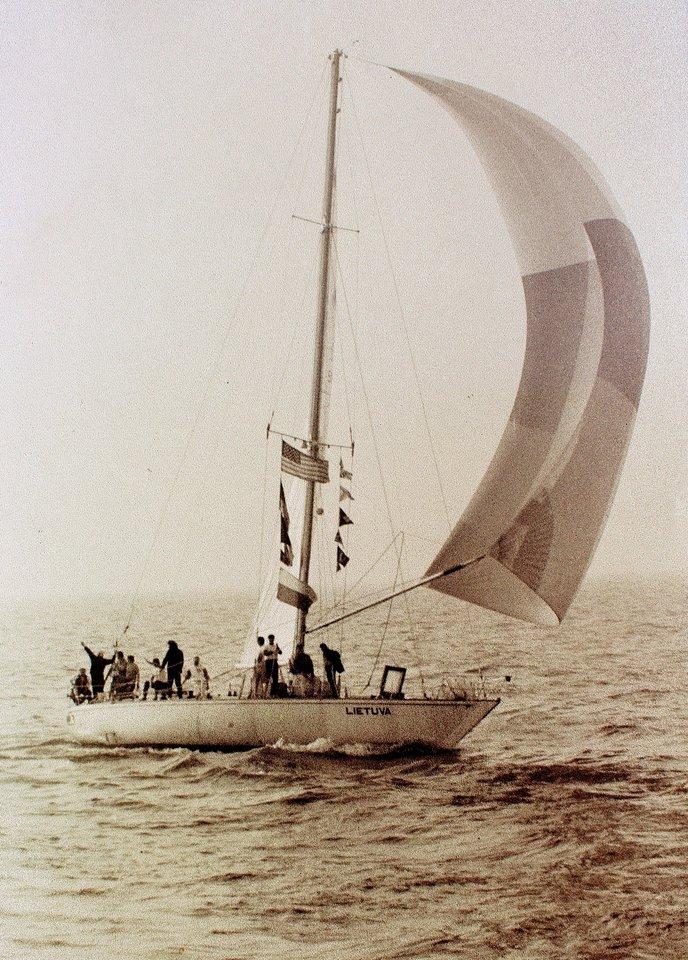 """""""Lietuva"""" kelia bures Baltijos jūroje.<br>A.Stanevičiaus nuotr."""
