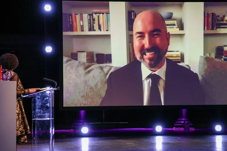 Rašytojas D.Stuartas ekrane per nuotolinę 2020 metų Bookerio premijos įteikimo ceremoniją.
