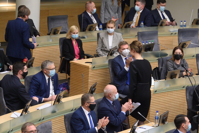 Į Seimą susirinkę naujieji jo nariai nevengė bendrauti vienas su kitu.<br>V.Skaraičio nuotr.