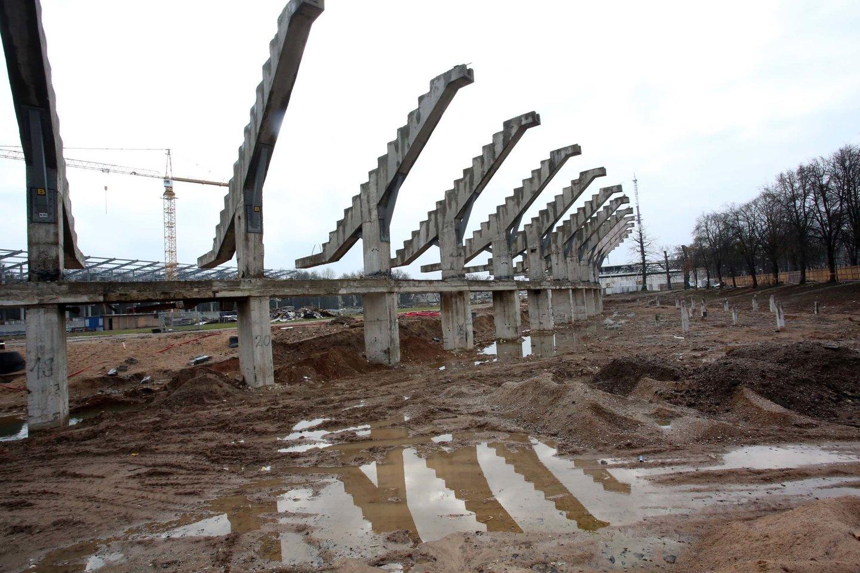 Vienoje stadiono pusėje jau statomos naujos tribūnos.<br>M.Patašiaus nuotr.