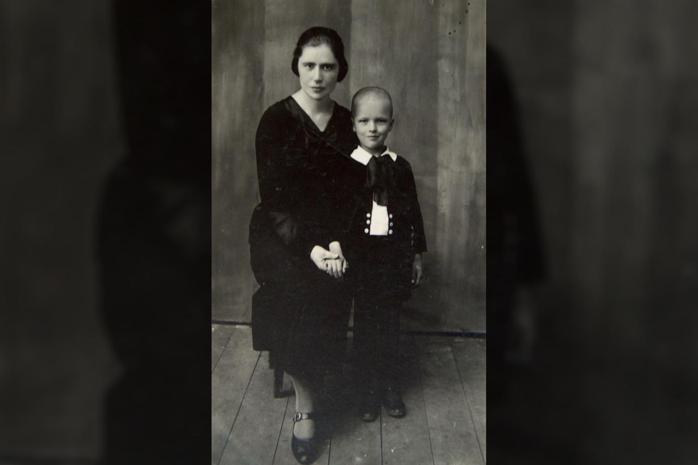 L.Telksnys, pirma diena pradžios mokykloje, Saldutiškyje su pirmąja mokytoja Adele Lekavičiūte, kai jam buvo 5 metai ir 5 mėnesiai.<br>Asmeninio archyvo nuotr.