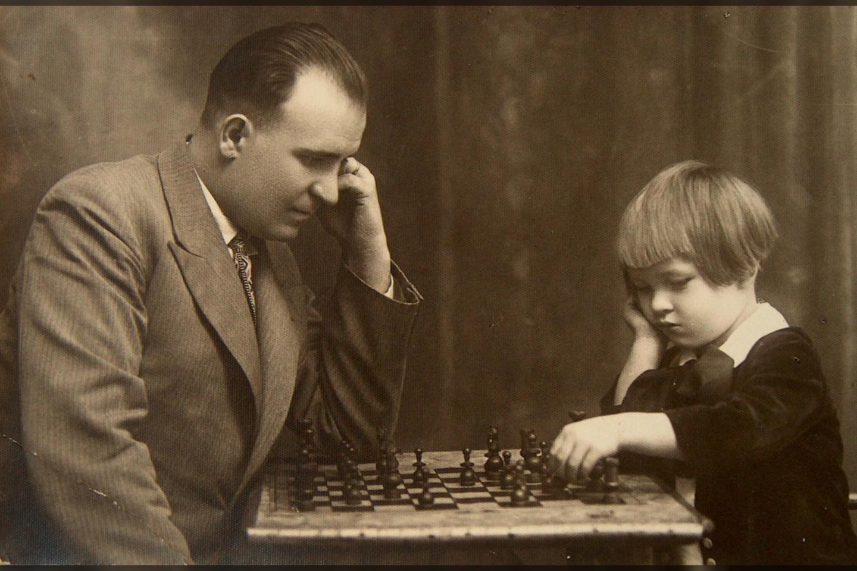 L.Telksnio pirmosios strategijos ir taktikos pamokėlės žaidžiant su tėvu.<br>Asmeninio archyvo nuotr.