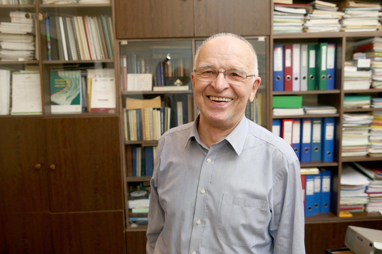 Prof. L. Telksnys savo darbo kabinete, 2017 m.<br>R. Ranisevičiaus nuotr.