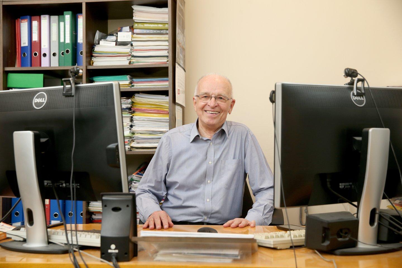 Prof. L. Telksnys savo darbo kabinete, 2017 m.<br>R. Danisevičiaus nuotr.