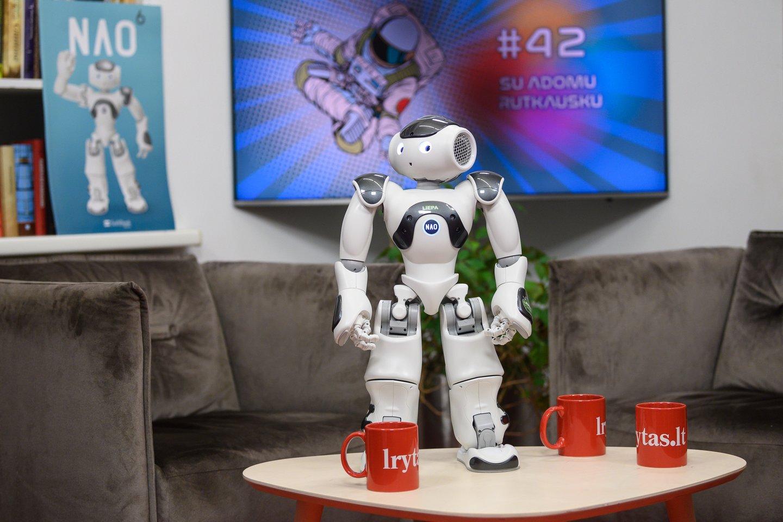 Robotukė Liepa. L. Telksnys:kai vaikai pamato robotą, jiems kažkas galvoje sujuda. Jie mato tai kaip žaidimą.<br>V. Skaraičio nuotr.
