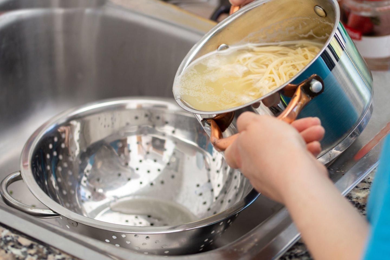 Vanduo, kuriame virė makaronai, tinka ne tik makaronų padažui paruošti.<br>123rf nuotr.