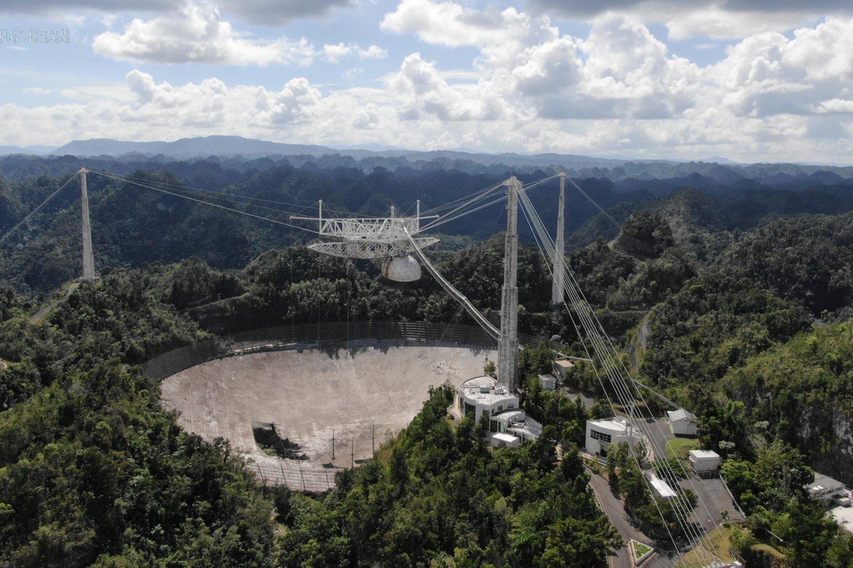 Ketvirtadienį JAV Nacionalinis mokslo fondas (angl. National Science Foundation) paskelbė, kad jo valdomas Aresibo (Arecibo) radijo teleskopas Puerto Rike bus uždarytas.<br>Reuters / Scanpix nuotr.