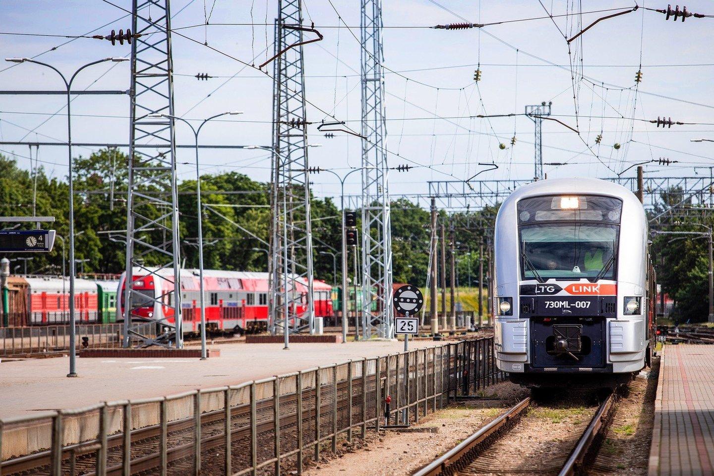 """""""LTG Link"""", """"Lietuvos geležinkelių"""" grupės keleivių vežimo bendrovė, atliepdama keleivių ir miesto savivaldos pageidavimus, Vilniaus geležinkelio stoties peronus paskelbė nerūkymo zona.<br>Pranešėjų spaudai nuotr."""