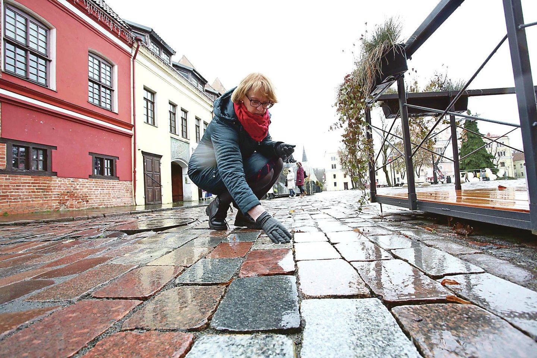 Kad dėl Vilniaus gatvės grindinio lyginimo kiltų mažiau neaiškumų, visai šalia Rotušės aikštės buvo įrengta nedidelė pavyzdinė atkarpa iš nugludintų akmenų.<br>M.Patašiaus nuotr.