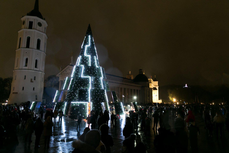 Vakar iškilmingai įžiebtos šventinės eglės daugelyje Lietuvos miestų.<br>T.Bauro nuotr.