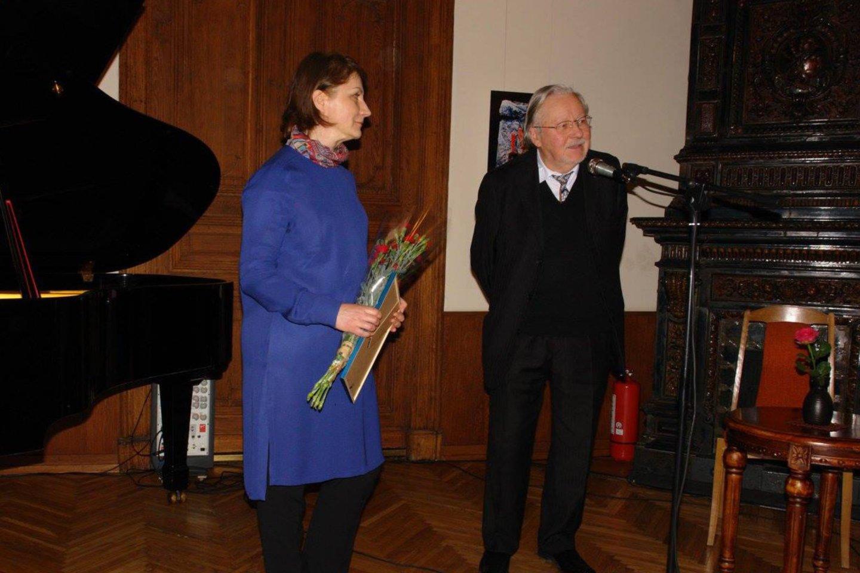 """R.Stanevičiūtei-Kelmickienei teikiama V.Landsbergio premija už knygą """"Modernumo lygtys"""", 2016 m.<br>Asmeninio albumo nuotr."""