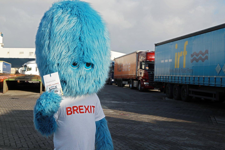 "Brexit Monstras išlindo iš urvo tam, kad primintų žmonėms apie rimtąją ""Brexit"" pusę.<br>REUTERS/Scanpix nuotr."