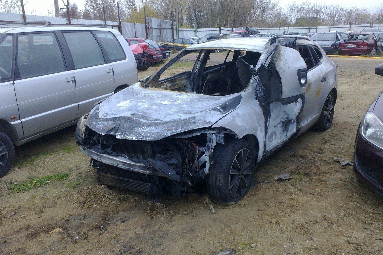 Nusikaltėliai sudegino automobilį, kuriuo spruko iš įvykio vietos.<br>M.Patašiaus nuotr.