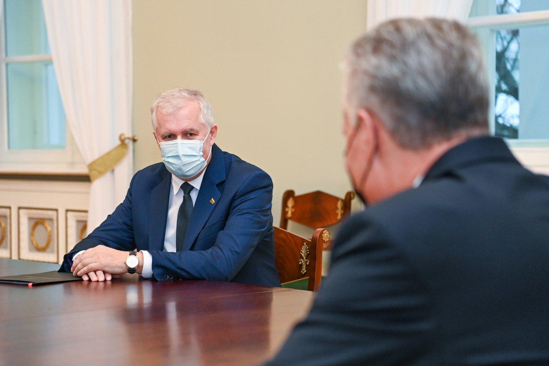 Prezidentas Gitanas Nausėda ketvirtadienį susitiko su į krašto apsaugos ministrus kandidatuojančiu konservatoriumi Arvydu Anušausku.<br>Prezidentūros nuotr.