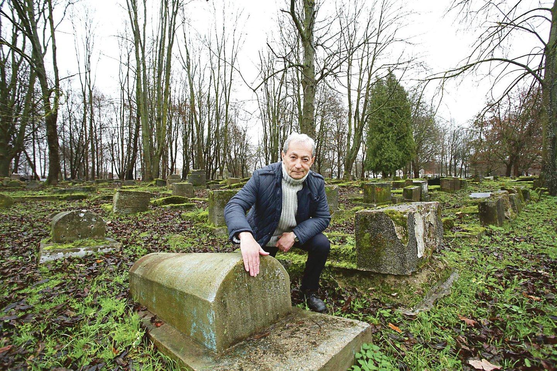 Kauno žydų bendruomenės pirmininkas G.Žakas sakė nematantis nieko blogo, jei kapinėse būtų pastatyta suoliukų, ir apskritai kapinėms suteiktas estetinis pavidalas.<br>M.Patašiaus nuotr.