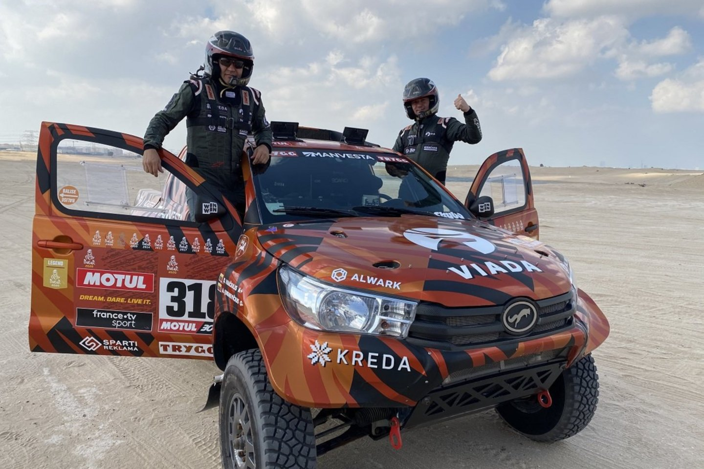 KREDA komandos pilotas Antanas Juknevičius ir patyręs jo navigatorius Darius Vaičiulis, kartu su savo mechanikais, šeštadienį, gruodžio 5 d., išvyko į Dubajų.<br>Pranešėjų spaudai nuotr.