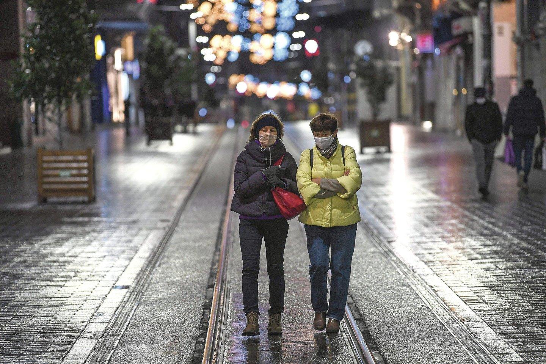 """Nors turkai priversti laikytis griežto karantino, turistai gali vaikščioti, kur nori.<br>AFP/""""Scanpix"""" nuotr."""