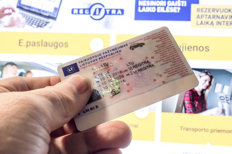 Seimas turėtų apsispręsti, ar nuo sausio pripažinti vairuotojo pažymėjimą tinkamu dokumentu asmens tapatybei patvirtinti.<br>V.Ščiavinsko nuotr.