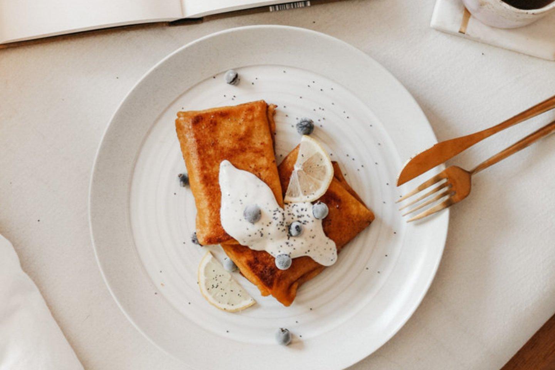 Lietiniai blynai su varške ir citrininiu jogurto padažu.<br>Pranešimo autorių nuotr.