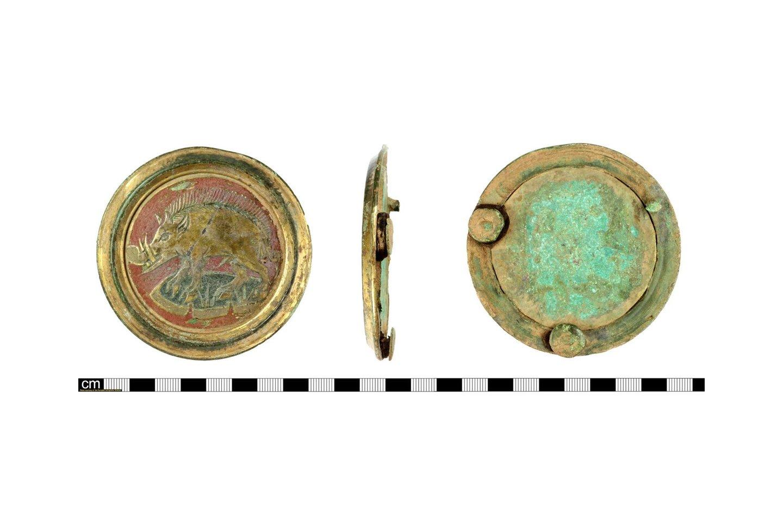 Viduramžių plokštelė su baltuoju karaliaus Ričardo III (valdė 1483–85) šernu,pagaminta iš vario lydinio, aukso, sidabro ir emalio, tikriausiai buvo dėvima ant diržo, segamo ant šarvų.<br>Britų muziejaus / PAS nuotr.