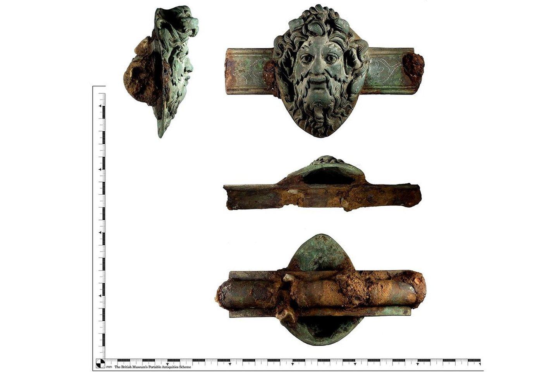 Vario lydinio romėniški baldų papuošimai, vaizduojantys graikų dievą Okeaną, įrėmintą jūros dumbliais ir skriejantį virš delfinų bei gyvačių, datuojami 43-200 m.<br>Britų muziejaus / PAS nuotr.