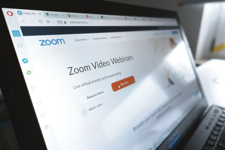 """Net ir virtualiuose """"Zoom'o"""" susitikimuose galima smagiai ir naudingai leisti laiką.<br>123rf nuotr."""