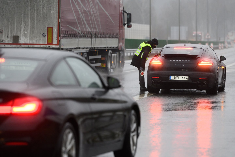 Policija įvertino pirmąją sugriežtinto judėjimo dieną: vairuotojai stebino.<br>V.Skaraičio nuotr.