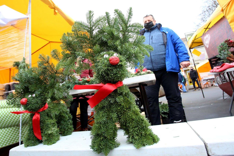 Prieš Kalėdas Kauno turguose auksarankiai siūlė išskirtinių rankų darbo vainikų, eglučių, kitų jaukumo suteikiančių dekoracijų.<br>M.Patašiaus nuotr.
