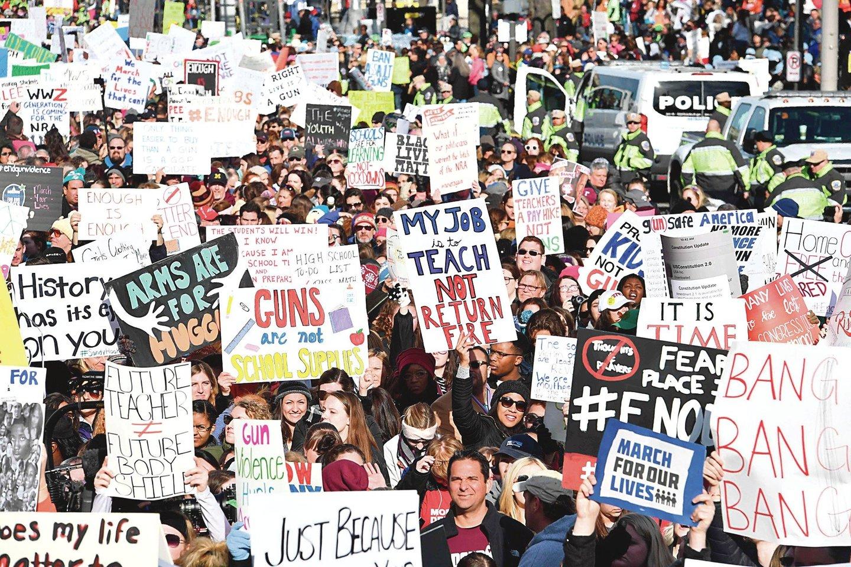 """Paaugliai nori mažinti smurtą panaudojant šaunamuosius ginklus ir apsaugoti Amerikos jaunimą. Eitynėse už mokinių saugumą dalyvavo ir vyresnės kartos atstovai.<br>AFP/""""Scanpix"""" nuotr."""