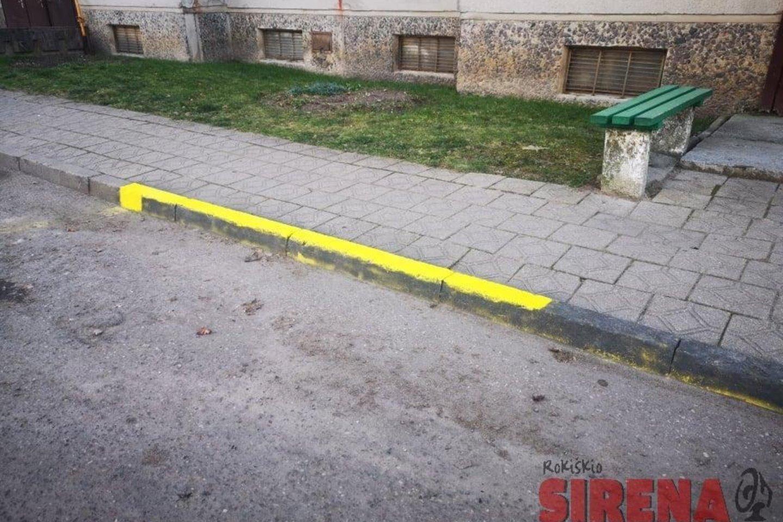 """Panevėžio gatvės vidiniame kieme ties """"kinų siena"""" – aiškus ženklas, kad automobilius keliuko vingyje statyti draudžiama.<br>Linos Dūdaitės-Kralikienės nuotr."""