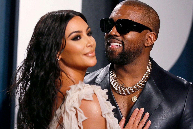 Nors Kim Kardashian neslepia nesutarimų su sutuokiniu Kanye Westu, bet pora išsaugoti šeimą mėgina ne tik dėl jųdviejų vaikų, bet ir dėl drauge sukaupto milijardinio turto.<br>Scanpix nuotr.