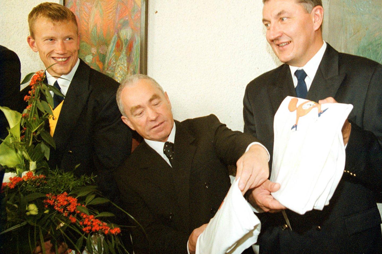 J.Kazlauskas po 2000-ųjų olimpiados, kur Lietuvos rinktinė iškovojo bronzą.<br>P.Lileikio nuotr.