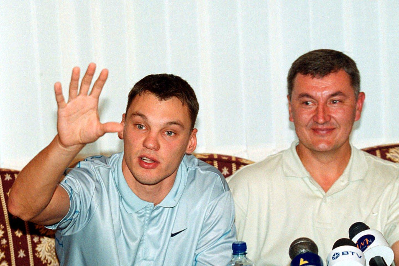 J.Kazlauskas su Š.Jasikevičiumi po Europos čempionato Turkijoje. 2001-ieji.<br>P.Lileikio nuotr.